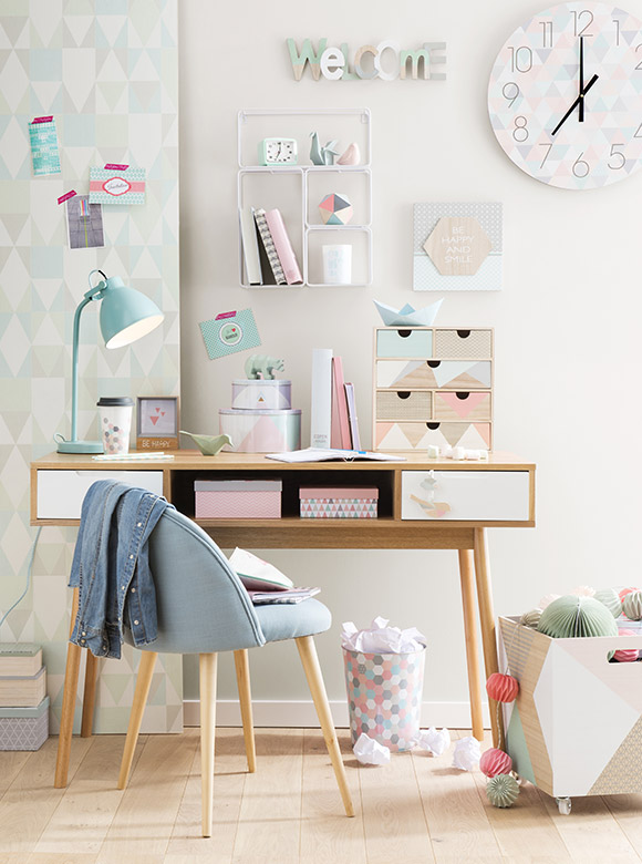 Une d co de bureau girly en rose cuivre chez maisons du for Pastel diy room decor